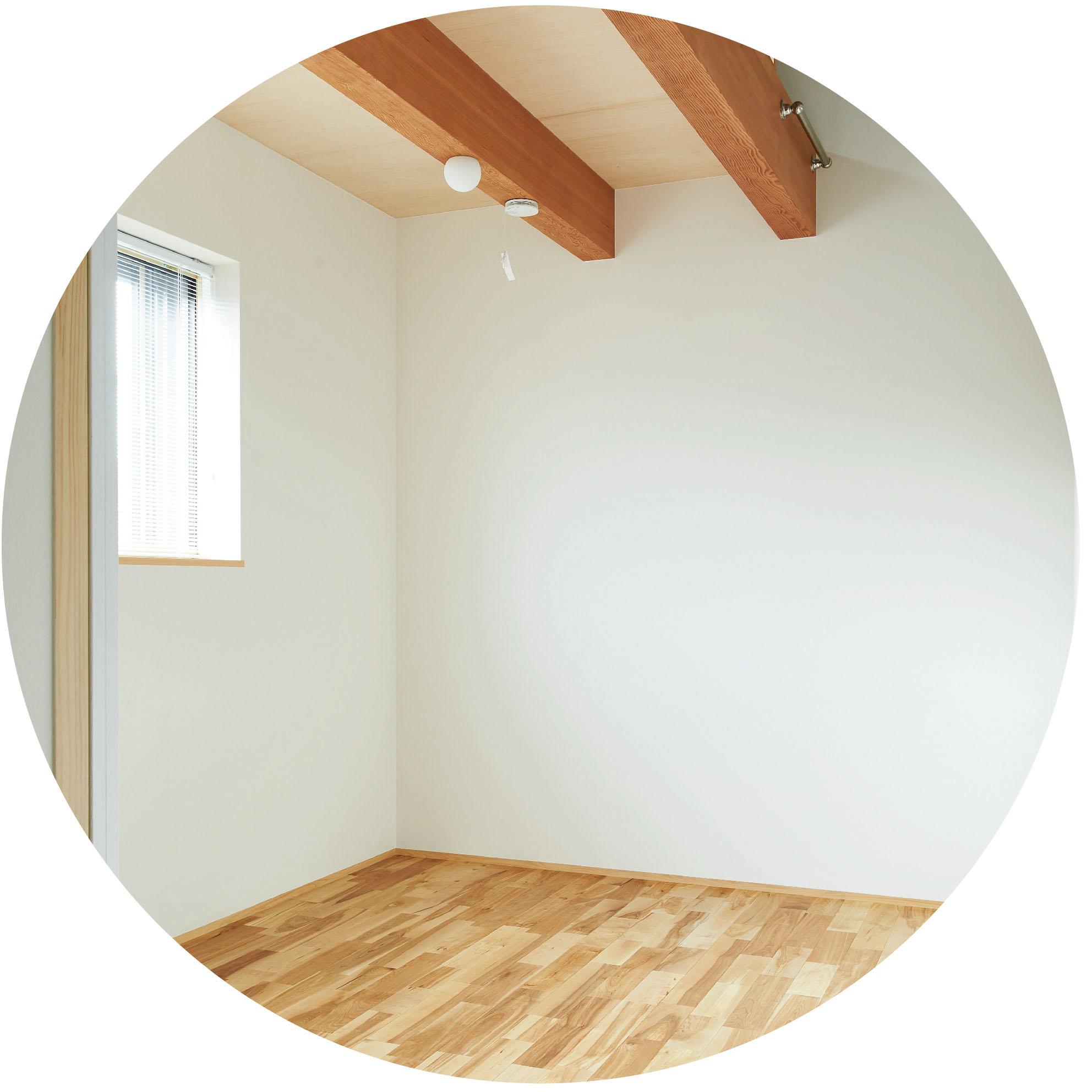 化学物質を含まない100%自然素材を使用したシラス壁は、熟練の左官職人によって仕上げられます。室内の湿気を調整し、室内の空気を適度な湿度に保ちます。