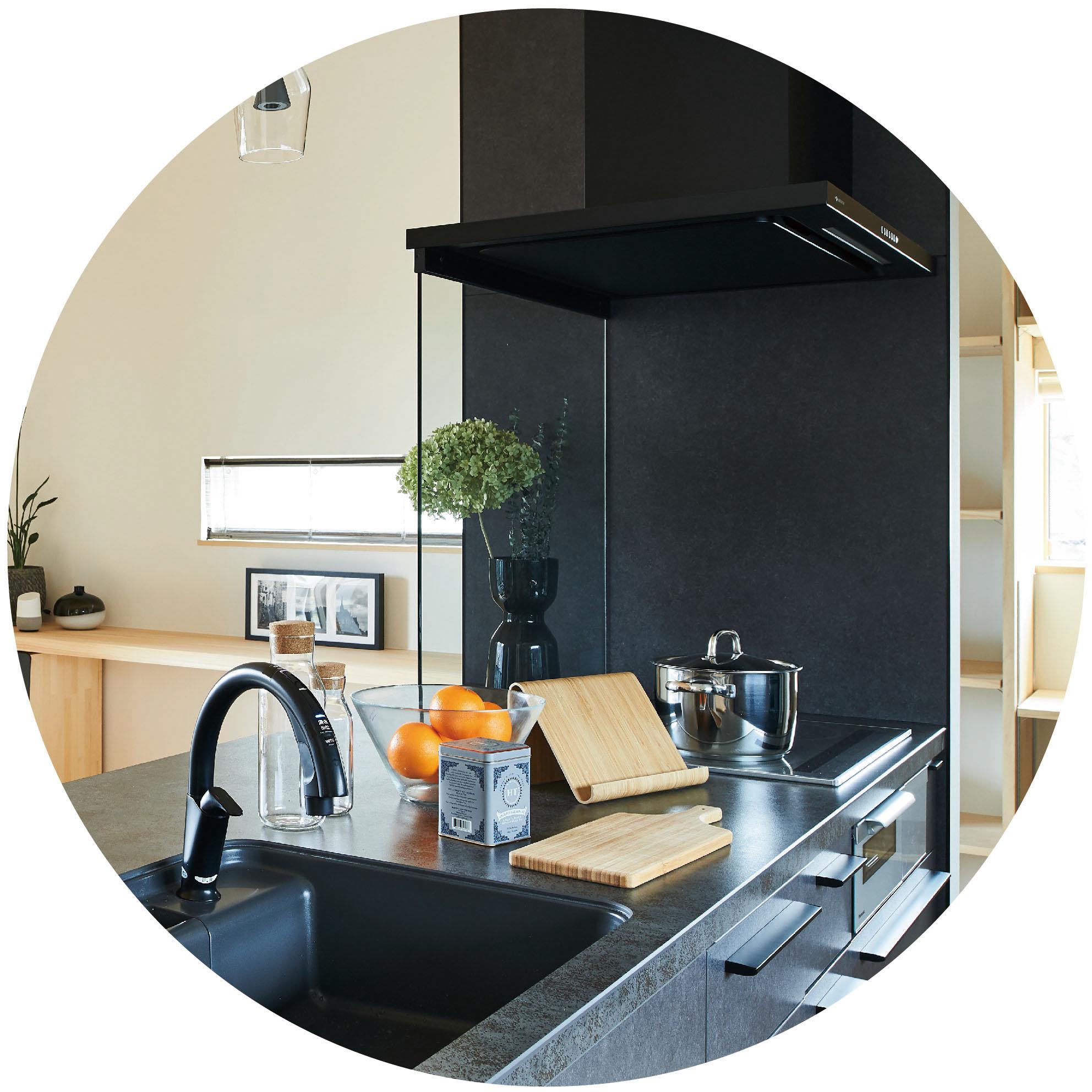 キッチンなど、長年住んでいく上で消耗が予想される場所は交換可能な既製品を使っております。永く住んで頂けるように細やかな工夫が凝らされています。